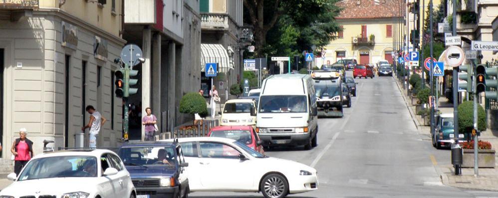 «Aiuto stanno rubando»  Scatta l'inseguimento in centro a Erba