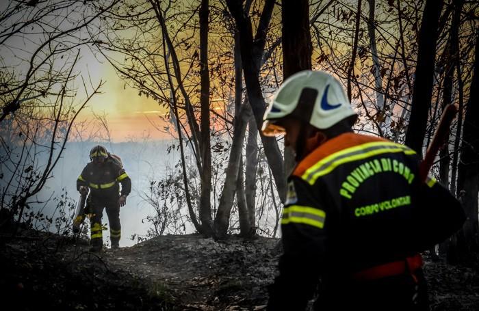 Vigili del fuoco impegnati nelle operazioni di spegnimento delle fiamme sul Monte Goj