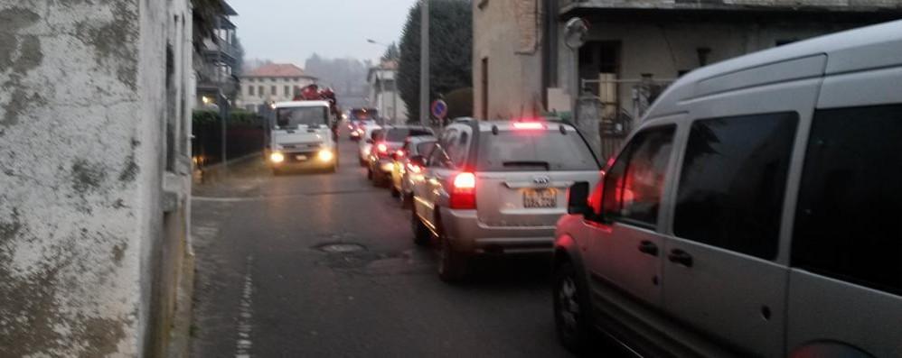 Traffico nel caos per il semaforo  Intervento anticode a Olgiate