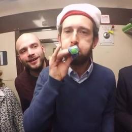 Il Natale dei pendolari della Milano-Asso  La festa in carrozza diventa un video