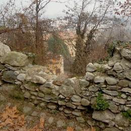 Muro crollato ad Alzate  Il vicesindaco paga i lavori