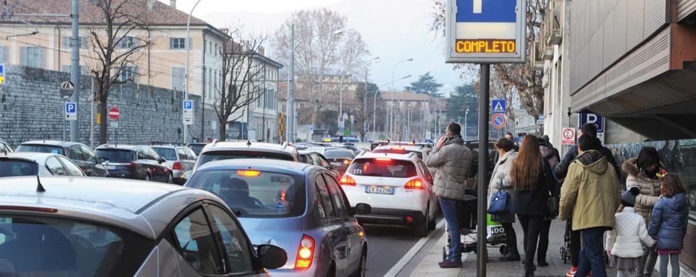 Como, traffico in tilt  e parcheggi presi d'assalto