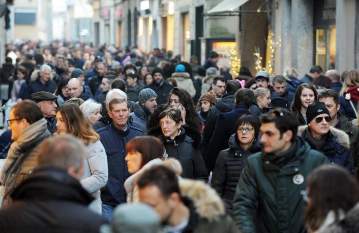 Como la folla di gente in via Vittorio Emanuele