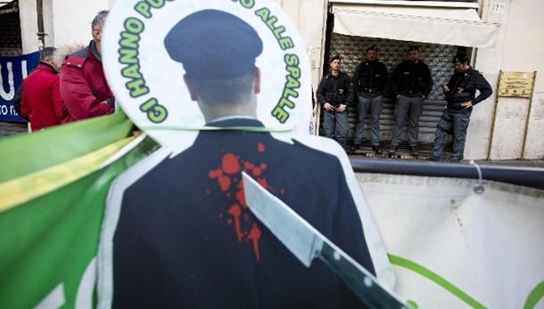 Sit-in sindacati polizia in paese Renzi