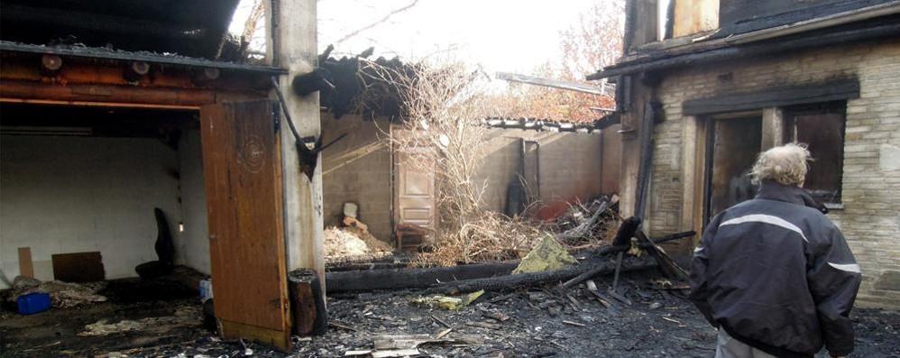 Albese, una casa distrutta  L'incendio costa 150mila euro