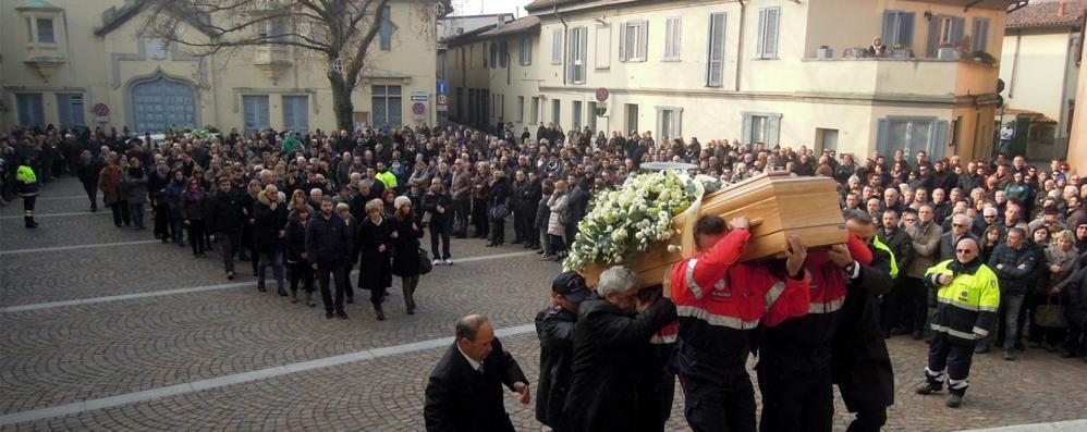 Novedrate, folla per l'addio al sindaco Barni