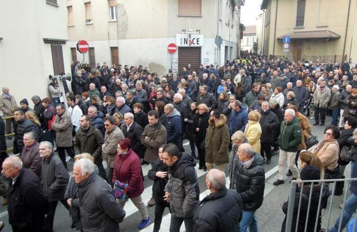 La gente ha affollato tutte le vie per arrivare alla parrocchiale