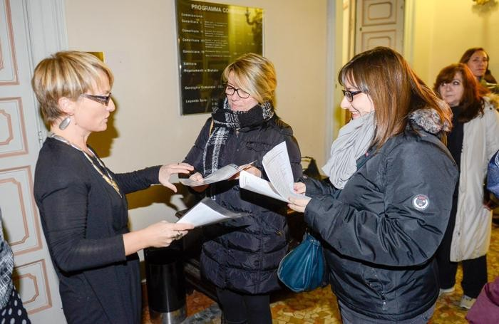 L'ex assessore e consigliere di opposizione Anna Veronelli riceve dalle mamme le 2mila firme raccolte dai genitori