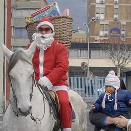 Cantù, oggi festa nelle frazioni  Arriva il Babbo Natale a cavallo