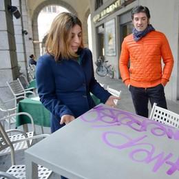Como, l'ultima dei vandali  Danni ai tavolini   di un bar del centro