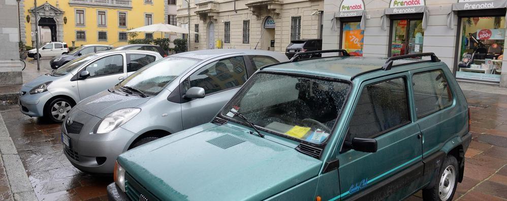 Como, altro che Ztl in piazza Grimoldi  Per ora resta un parcheggio (VIDEO)