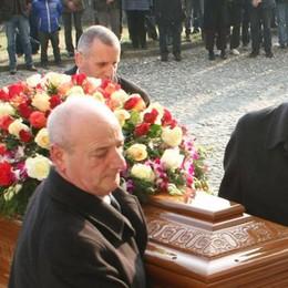 Mezzegra, addio al Dj Felli  In centinaia ieri ai funerali