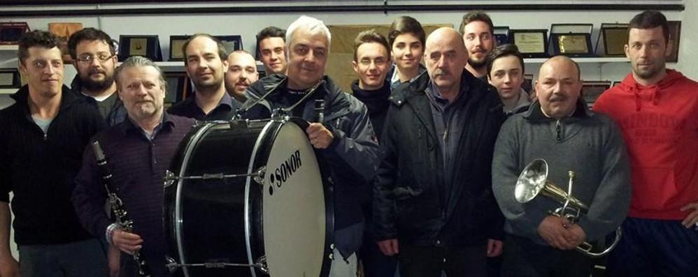 Schignano, prove per il Carnevale  Van De Sfroos suona con la banda