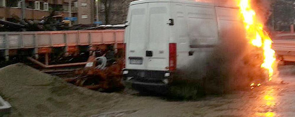 Erba, furgone in fiamme   nel cantiere della stazione