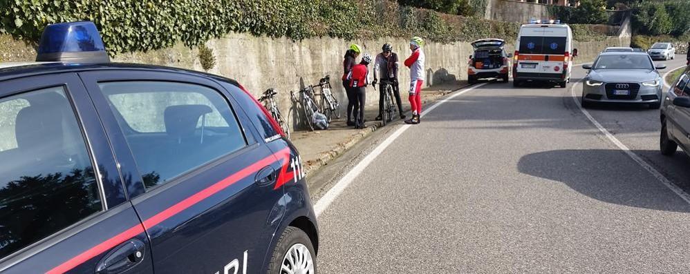 Ciclista cade e batte la testa  Paura a Longone al Segrino