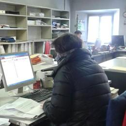 Stufetta e cappotti al lavoro: «In ufficio fa troppo freddo»