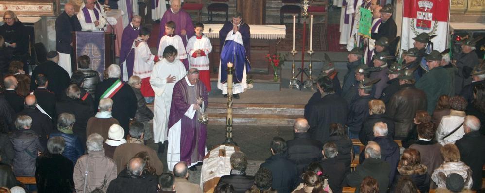 Una folla per l'addio a don Bianchi  Chiesa gremita per l'ex parroco di Gera