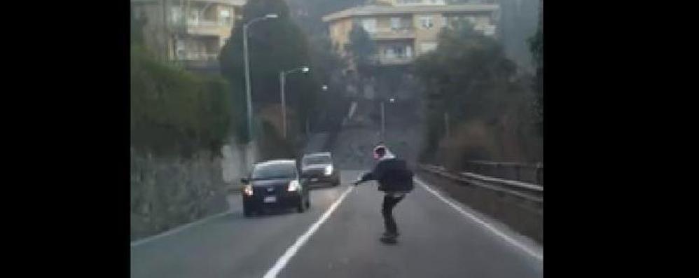 In un video l'ultima bravata con lo skate (GUARDA) Da Lora a Como sulla strada tra le auto