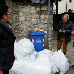 Rifiuti nel parco scolastico: puliscono i volontari