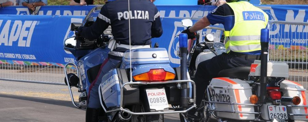 La polizia insegue un ubriaco in Svizzera  Agenti fermati e disarmati dai colleghi