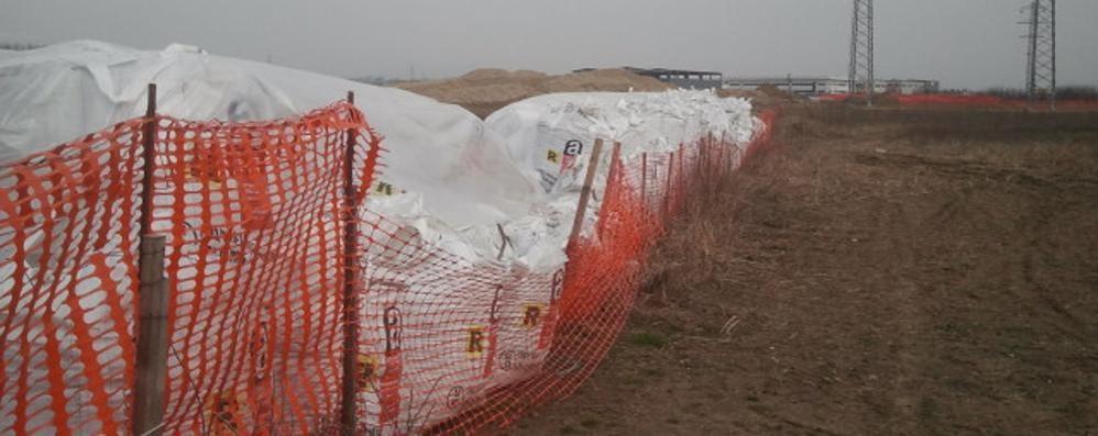 Centinaia di sacchi di amianto  Allarme nei boschi di Bregnano