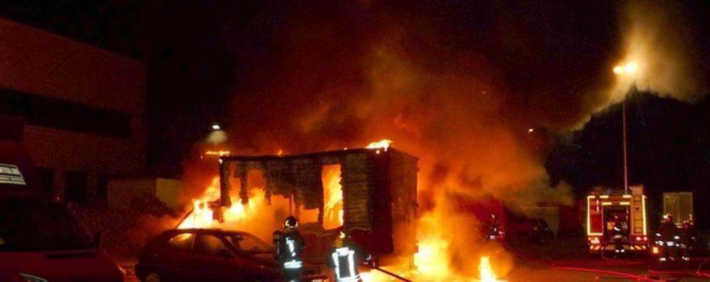 A fuoco un tetto a Cavallasca  Incendio a un capanno a Vertemate