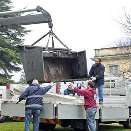 Il Comune si sveglia dopo 15 mesi  Via il frigo dal parco di Villa Olmo