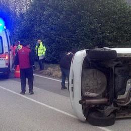 Due auto si ribaltano dopo lo scontro  Incidente a Lasnigo con quattro feriti
