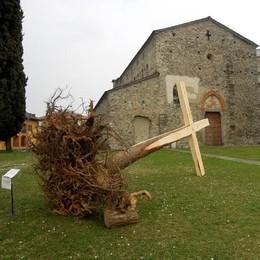 Croce inclinata alla basilica di Galliano  Fedeli contro: «Mortifica la cristianità»