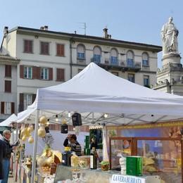 «Como, caciotte e gonfiabili in piazza: ora basta»