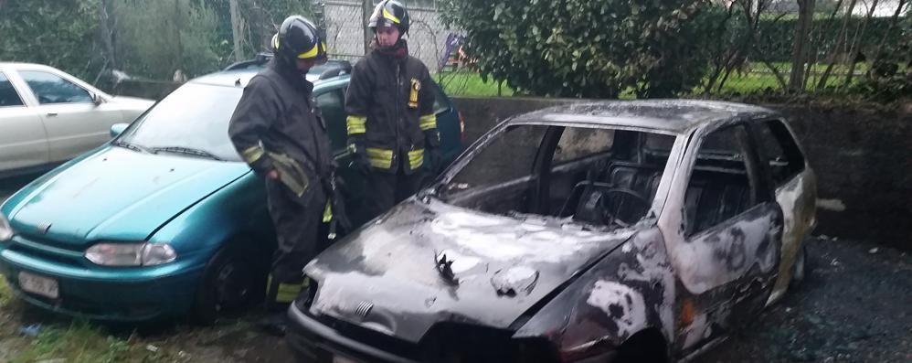 Auto in fiamme a Ponte Lambro