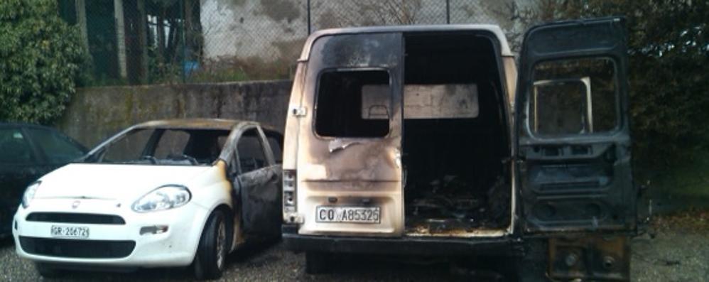Notte di fuoco a Lomazzo  Tre veicoli in fiamme