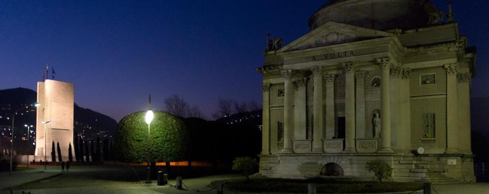 Anche Como spegne la luce Tempio Voltiano buio per un'ora