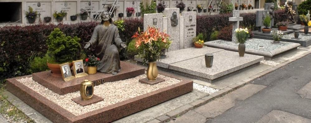Ladri  al cimitero di Olgiate  Rubano  vasi di fiori e lumini