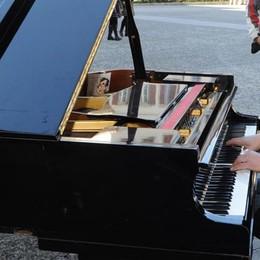 """Torna il pianista """"fuori posto"""" E i vigili lo multano di nuovo"""