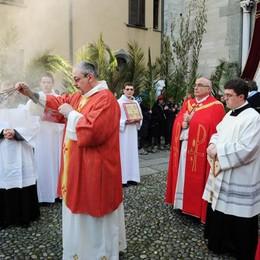 Como, la processione con Coletti  per la Domenica delle Palme   Il video e le foto