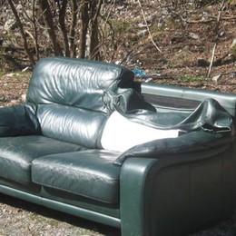 Un divano vecchio tra le primule  C'era una volta il paese da cartolina