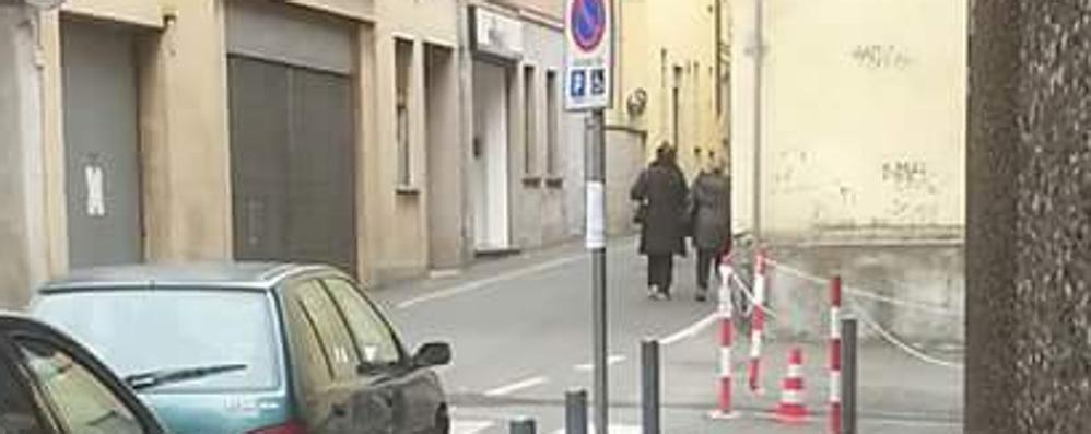Occupano i posti dei disabili  Lite per il parcheggio a Olgiate
