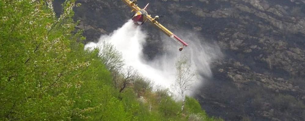 San Fermo, fiamme in un bosco  I pompieri evitano un nuovo rogo  Lezzeno, incendio domato