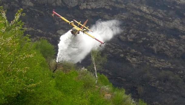 Piromani ancora in azione  Bruciano i monti sopra Garzeno