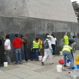 Volontari al monumento ai Caduti Imbrattato e subito ripulito