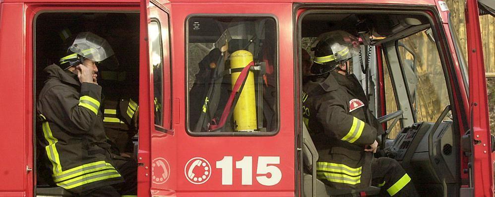 Auto ribaltata a Como Vigili del fuoco in via Grossi
