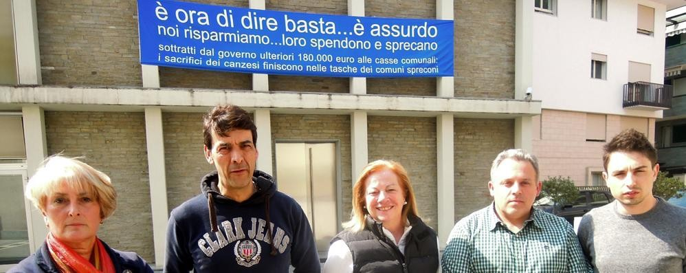 Canzo, striscione sul municipio  «Noi a secco, Renzi spreca»