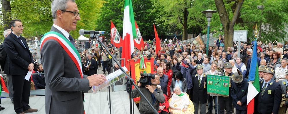 Como, folla per il 25 Aprile  Il sindaco cita comizio del Cln  (VIDEO)     La fanfara dei bersaglieri (VIDEO/2)