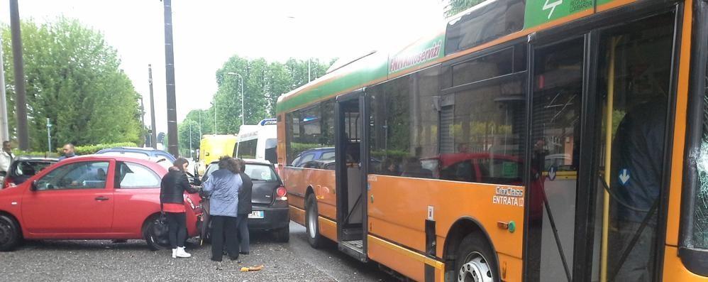 Lomazzo, bus contro tre auto  Soccorse quattro persone