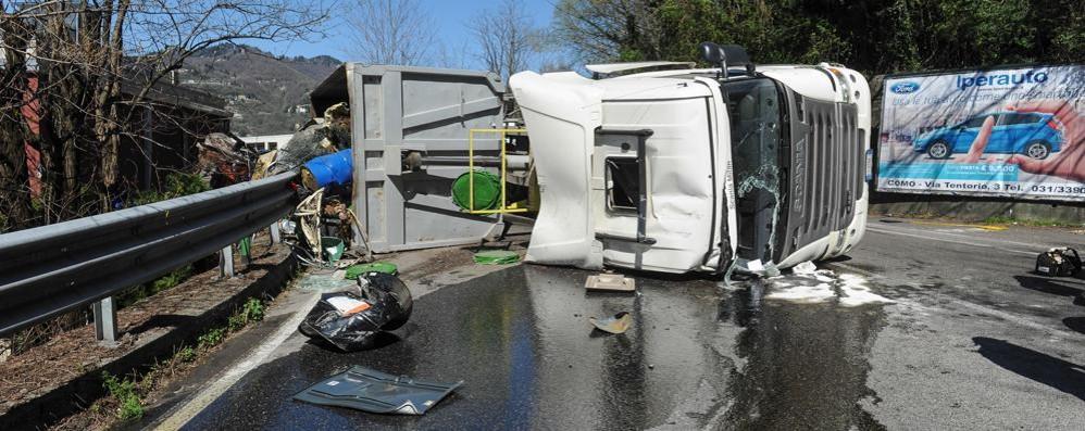 Camion ribaltato in Oltrecolle  «Chiamavo i soccorsi, non arrivavano»