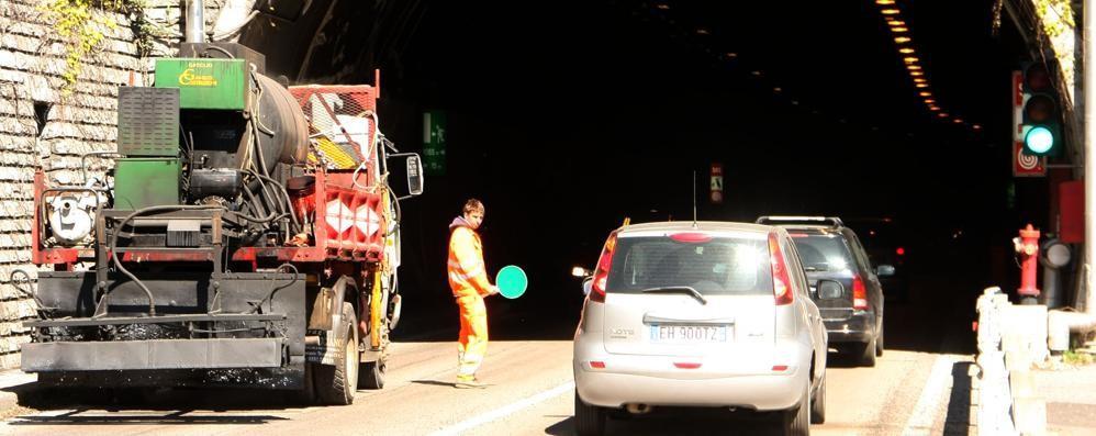 Porlezza, asfalto per il Giro d'Italia  Ore di colonna per i frontalieri