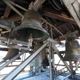 Tutti con gli occhi al cielo:   via le campane dal Broletto