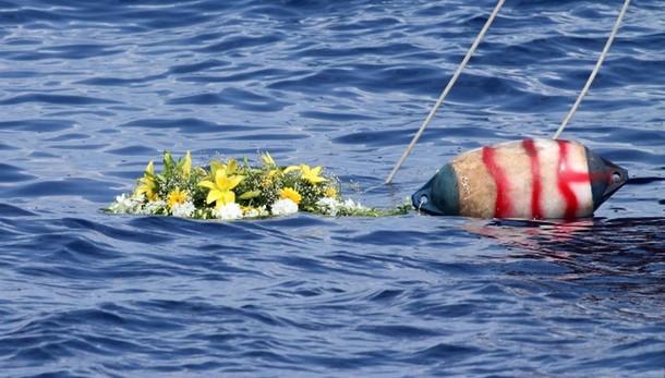 Corona fiori in mare da leader sindacati
