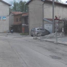 Non sistemano piazza e asfalto  Lavori bloccati a Tavernerio